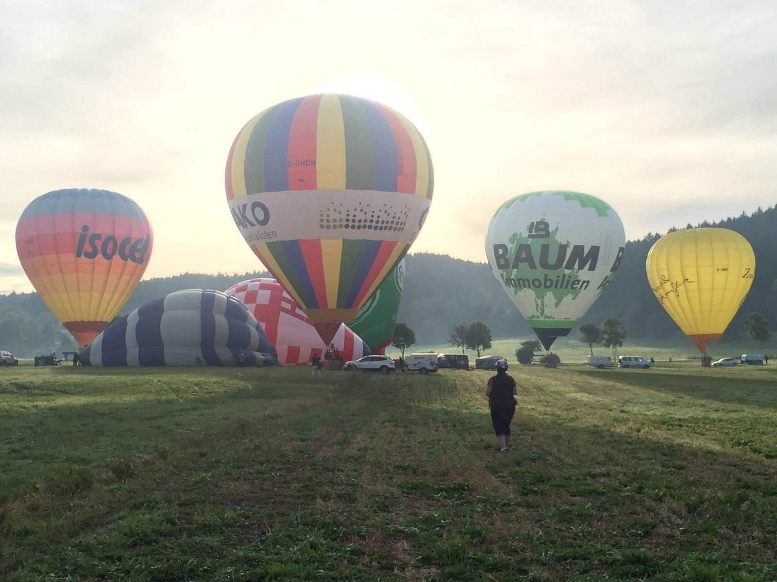7 Ballone beim Start am frühen Morgen