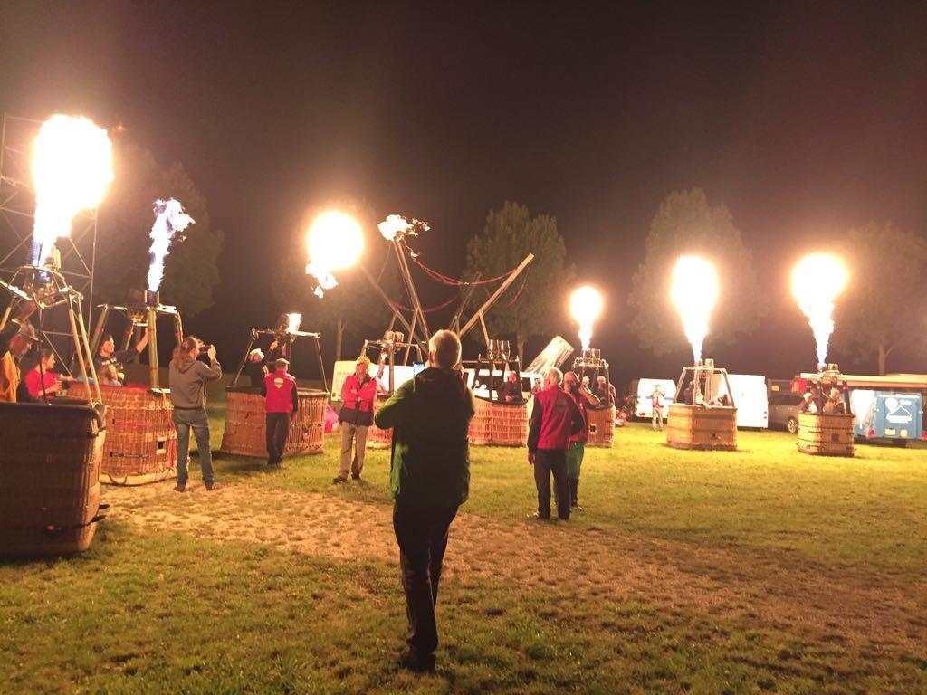 Heissluftballone glühen ohne Hülle im Takt der Musik